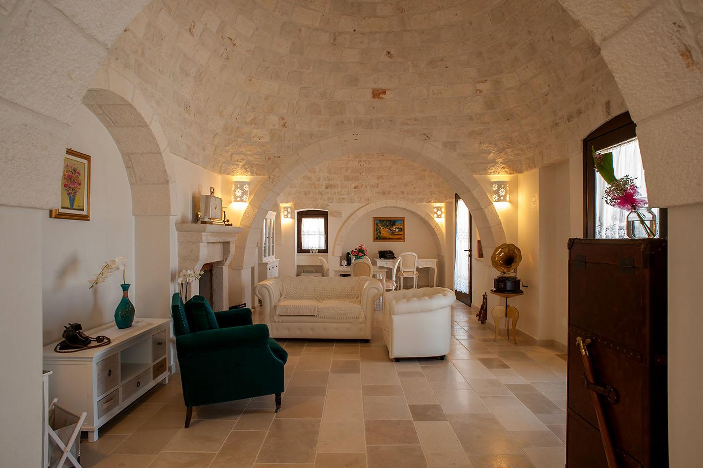 Trullo teseo in puglia traditional luxury villa with - Soggiorno rustico moderno ...