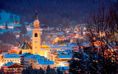 Vue de nuit de Cortina D'Ampezzo Italie