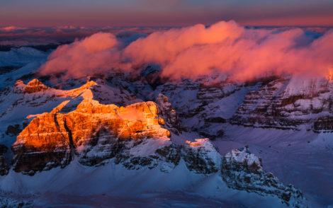 Vue fascinante sur les Dolomites au coucher du soleil