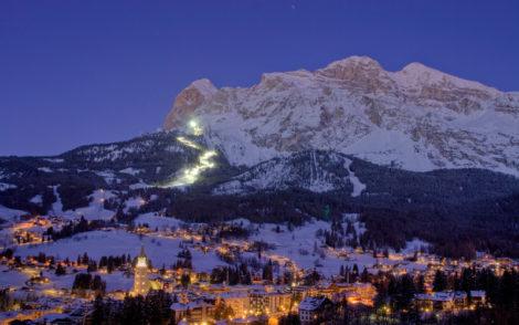 Cortina D'Ampezzo de nuit avec une vue panoramique