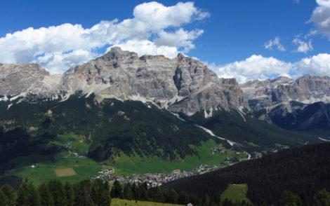Vue panoramique de l'Alta Badia dans les Alpes italiennes