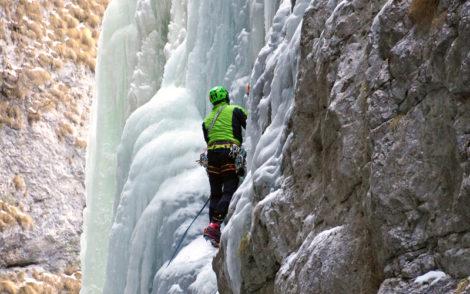 Homme escaladant une montagne Alpes italiennes