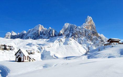 Montagnes des Alpes italiennes et une église