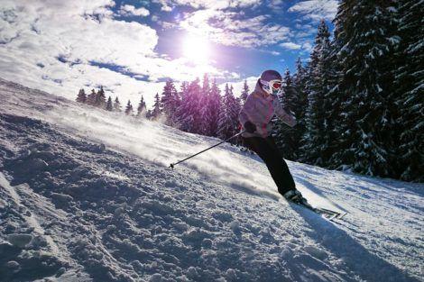 Homme profitant de vacances au ski dans les Alpes italiennes