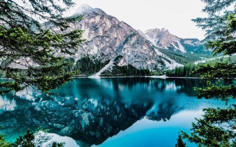 Paysage des Alpes italiennes avec montagnes et lac
