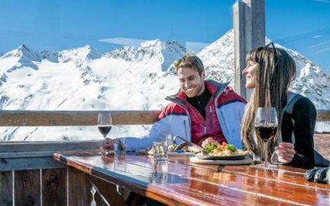 Couple buvant du vin dans les Alpes italiennes
